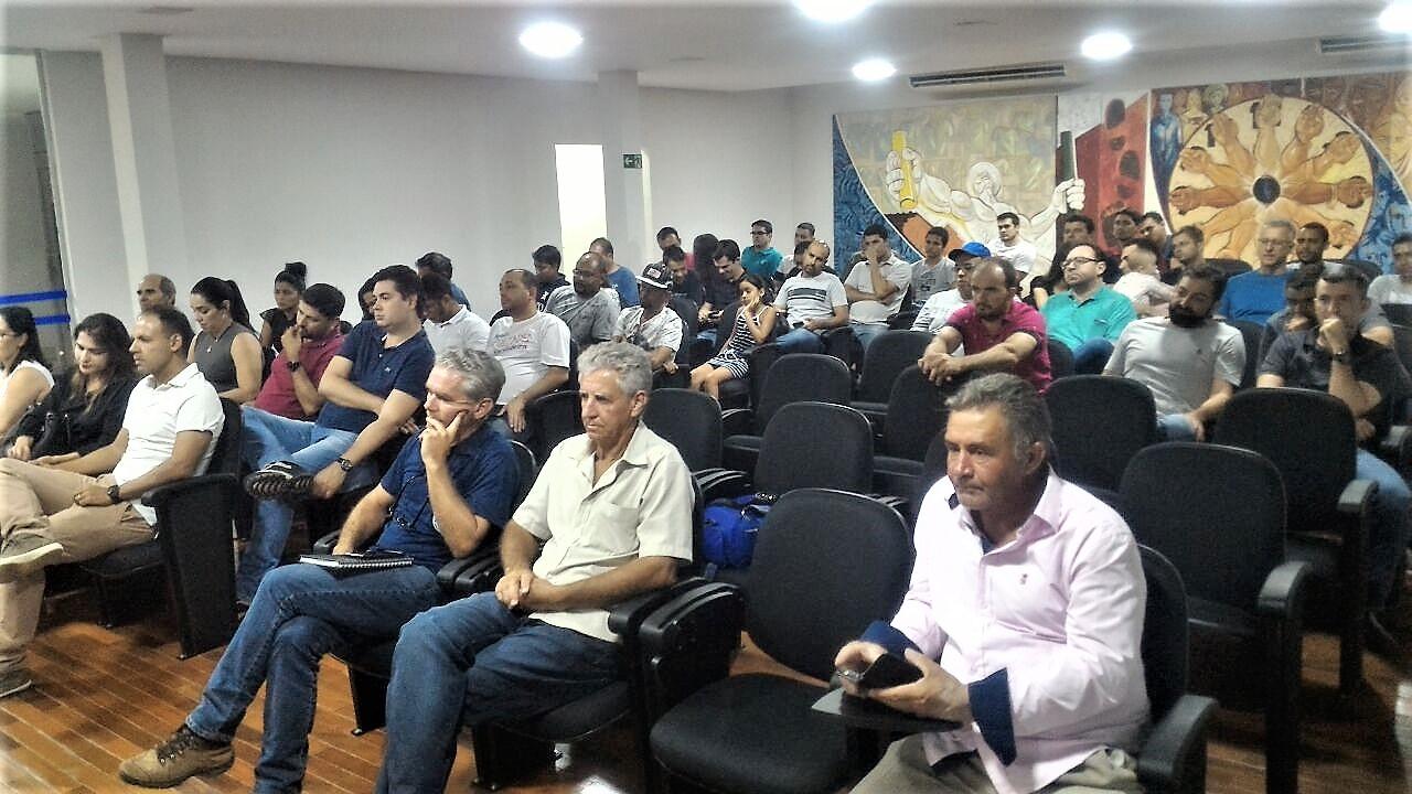 Público presente acompanhando a reunião. Câmara aprova pulverização aérea no canavial