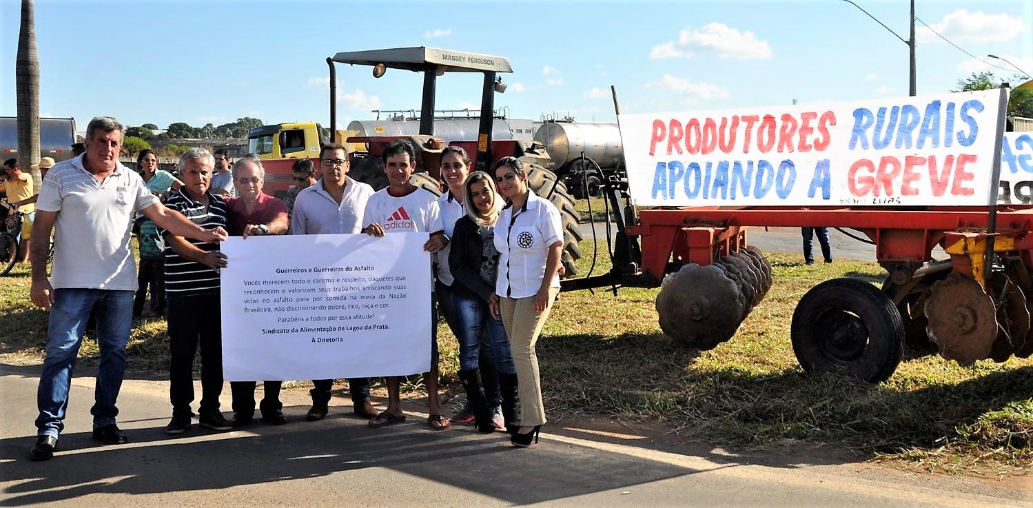 Diretores da Cooperativa e Sindicatos em manifestação no trevo de LP