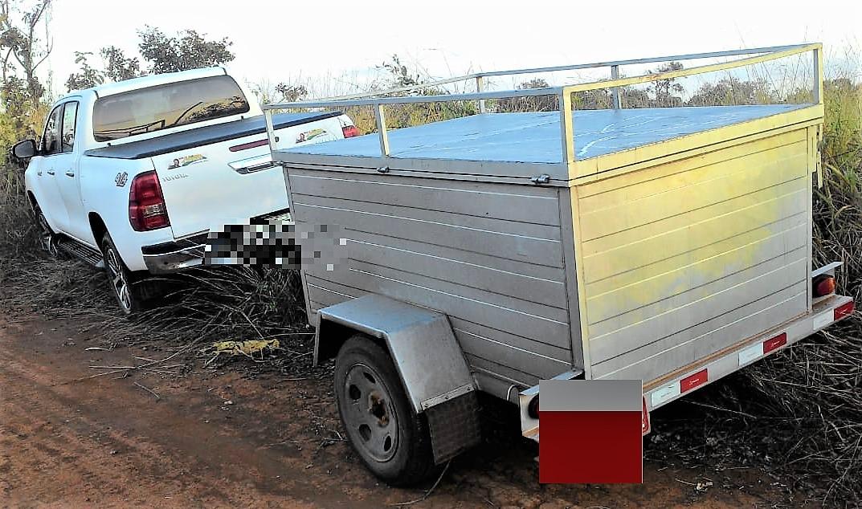 camionete recuperada pela PM com marcas de tiros no para-brisas; cheques levados somam meio milhão de reais