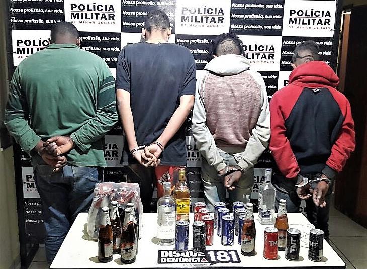 Os assaltantes e os produtos recuperados. Foto: PM