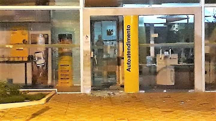 Foto: bandidos explodiram a porta da agência, mas não chegaram ao dinheiro nos caixas